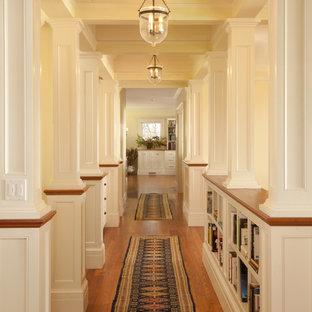 Réalisation d'un couloir victorien avec un sol en bois brun.
