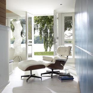 Cette image montre un couloir design avec un mur bleu et un sol blanc.