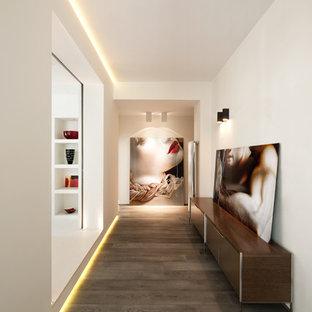 Inspiration för moderna hallar, med vita väggar och mörkt trägolv
