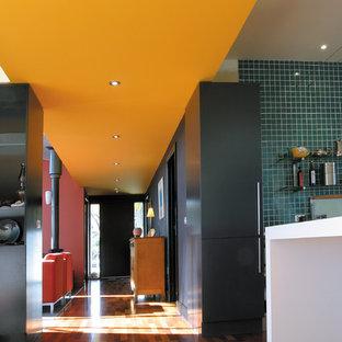 Idéer för en mycket stor klassisk hall, med mellanmörkt trägolv och flerfärgade väggar