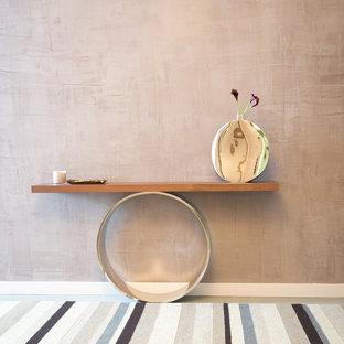 Ispirazione per un ingresso o corridoio minimal di medie dimensioni con pareti multicolore e moquette