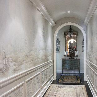 Foto på en mellanstor vintage hall, med flerfärgade väggar, mörkt trägolv och brunt golv