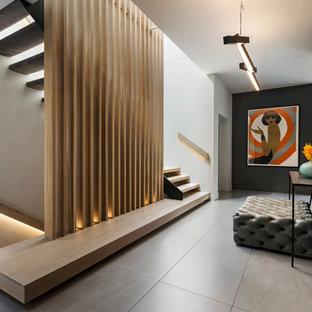 Источник вдохновения для домашнего уюта: коридор в современном стиле с черными стенами и серым полом