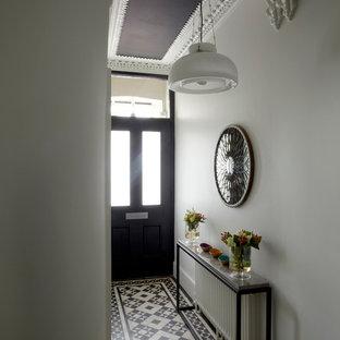 ロンドンのヴィクトリアン調のおしゃれな廊下 (マルチカラーの床) の写真