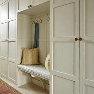 Inspiration för en mellanstor vintage hall, med beige väggar och beiget golv