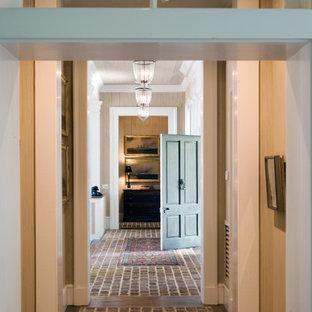 Idee per un ingresso o corridoio classico di medie dimensioni con pareti beige, pavimento in mattoni, soffitto in legno e pareti in legno