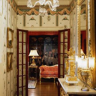 Пример оригинального дизайна: маленький коридор в викторианском стиле с разноцветными стенами и темным паркетным полом