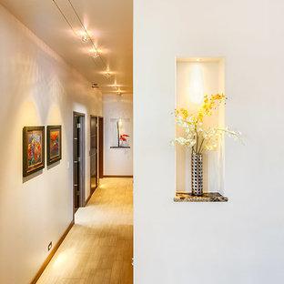 На фото: с высоким бюджетом большие коридоры в современном стиле с белыми стенами и полом из керамической плитки