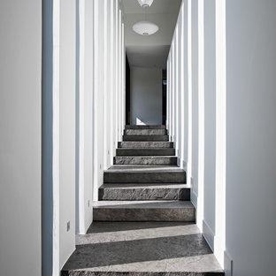 Inspiration för stora moderna hallar, med vita väggar och skiffergolv