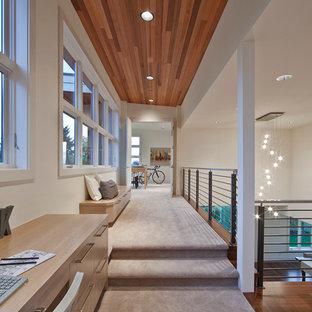 Ispirazione per un grande ingresso o corridoio minimal con pareti bianche, moquette e pavimento beige