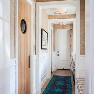 Foto de recibidores y pasillos marineros con paredes beige y suelo de madera oscura