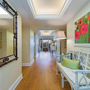 Imagen de recibidores y pasillos clásicos renovados con paredes beige, suelo de madera en tonos medios y suelo amarillo