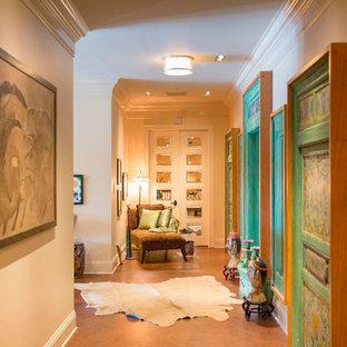 タンパの大きいトランジショナルスタイルのおしゃれな廊下 (ベージュの壁、コルクフローリング) の写真