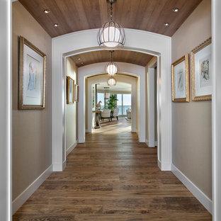 Inspiration för en stor vintage hall, med beige väggar, mörkt trägolv och brunt golv