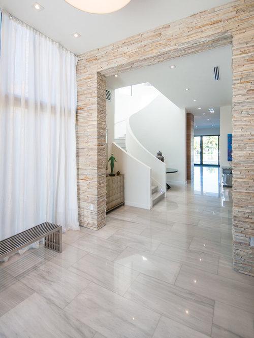 Moderner Flur Mit Weißer Wandfarbe, Marmorboden Und Beigem Boden In Miami