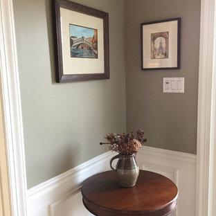 Kleiner Klassischer Flur mit grauer Wandfarbe, hellem Holzboden und braunem Boden in Philadelphia