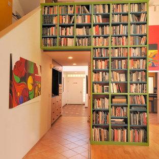 サクラメントのエクレクティックスタイルのおしゃれな廊下 (無垢フローリング、オレンジの床) の写真