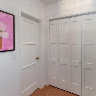 ロサンゼルスの小さいコンテンポラリースタイルのおしゃれな廊下 (白い壁、コルクフローリング、ベージュの床) の写真