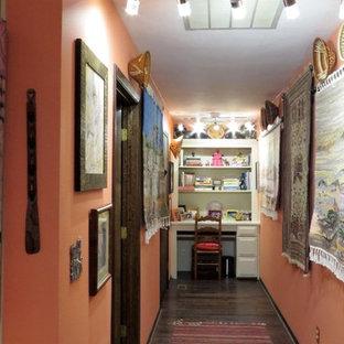 ポートランドの小さいエクレクティックスタイルのおしゃれな廊下 (オレンジの壁、濃色無垢フローリング) の写真