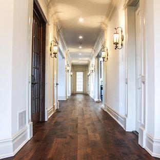 Inredning av en klassisk mycket stor hall, med beige väggar och mellanmörkt trägolv
