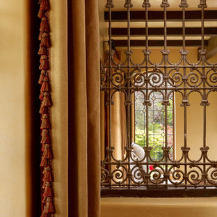 Idee per un piccolo ingresso o corridoio chic con pareti arancioni e pavimento in legno massello medio