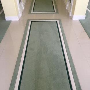 Стильный дизайн: коридор среднего размера в современном стиле с желтыми стенами, полом из керамогранита и зеленым полом - последний тренд