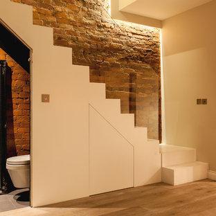 Свежая идея для дизайна: большой коридор в современном стиле с серыми стенами, светлым паркетным полом и коричневым полом - отличное фото интерьера