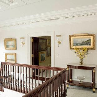 Imagen de recibidores y pasillos clásicos, grandes, con paredes blancas y moqueta