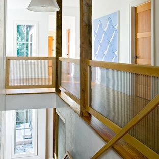Ispirazione per un ingresso o corridoio country di medie dimensioni con pareti bianche, pavimento in legno massello medio e pavimento marrone