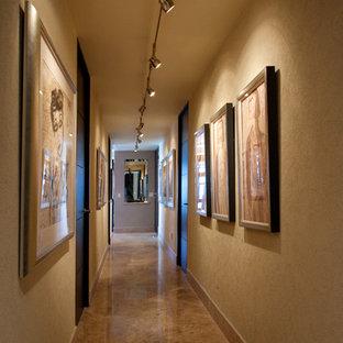 他の地域の中くらいのコンテンポラリースタイルのおしゃれな廊下 (ベージュの壁、大理石の床、ベージュの床) の写真