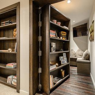 Новый формат декора квартиры: коридор в современном стиле с белыми стенами и ковровым покрытием