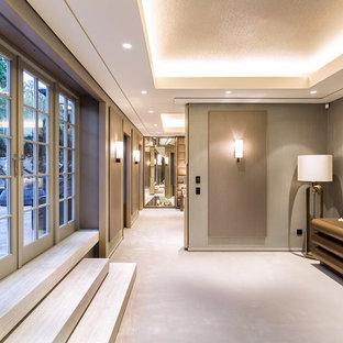 Ispirazione per un ingresso o corridoio minimal con pareti grigie e moquette