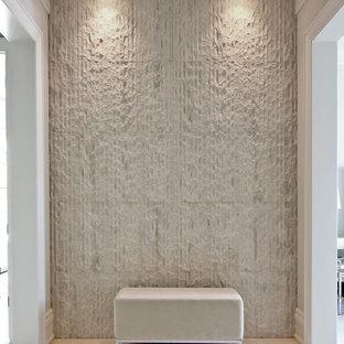 Immagine di un ingresso o corridoio minimal di medie dimensioni con moquette, pareti beige e pavimento grigio