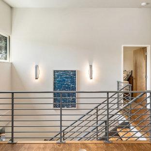 Inredning av en hall, med grå väggar, korkgolv och flerfärgat golv