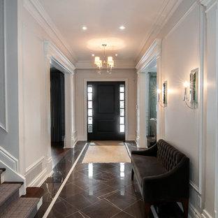 トロントの広いコンテンポラリースタイルのおしゃれな廊下 (白い壁、大理石の床、マルチカラーの床) の写真