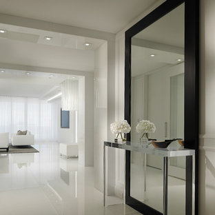 Idéer för en modern hall, med vita väggar och vitt golv