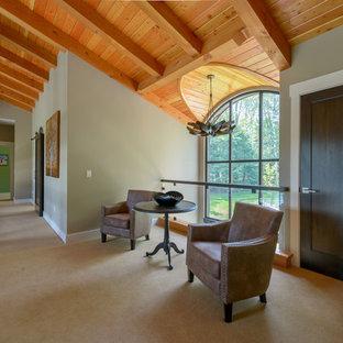 Bild på en mycket stor funkis hall, med beige väggar, heltäckningsmatta och beiget golv