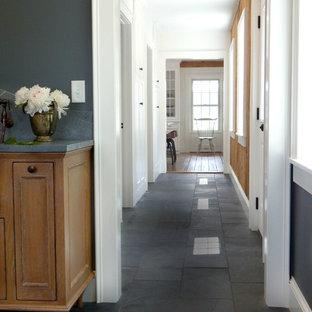 Idéer för en mellanstor klassisk hall, med skiffergolv, vita väggar och grått golv
