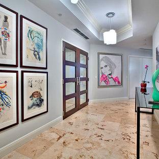 マイアミの広いコンテンポラリースタイルのおしゃれな廊下 (グレーの壁、大理石の床) の写真