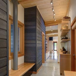 Inspiration för rustika hallar, med betonggolv och grått golv