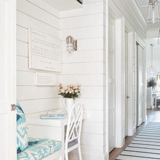 Идея дизайна: коридор в морском стиле с белыми стенами, паркетным полом среднего тона и коричневым полом