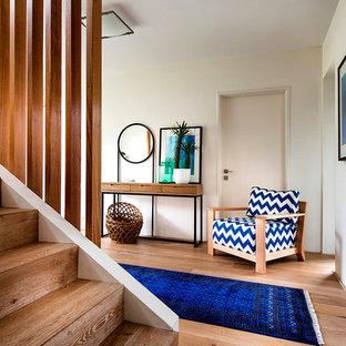 Foto de recibidores y pasillos retro con suelo naranja y suelo de madera clara