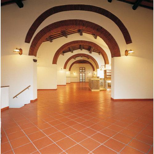 Couloir contemporain avec un sol en carreau de terre cuite for Un carreau de terre