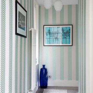 Mittelgroßer Moderner Flur mit bunten Wänden, Porzellan-Bodenfliesen, grauem Boden und Tapetenwänden in London