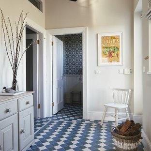 На фото: коридор среднего размера в стиле кантри с белыми стенами и полом из керамогранита