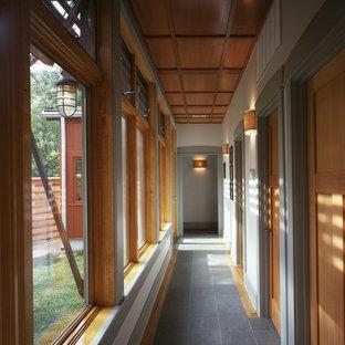 Idée de décoration pour un petit couloir craftsman avec un mur gris, un sol en ardoise et un sol gris.