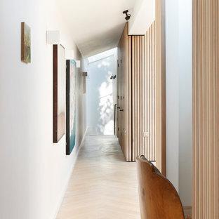 Inspiration för en funkis hall, med vita väggar, ljust trägolv och beiget golv