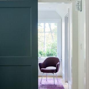 Foto di un ingresso o corridoio design con pareti bianche e pavimento in legno massello medio