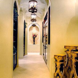 На фото: коридор в средиземноморском стиле с бежевыми стенами и бежевым полом с