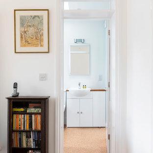 ロンドンの小さいトランジショナルスタイルのおしゃれな廊下 (白い壁、コルクフローリング) の写真